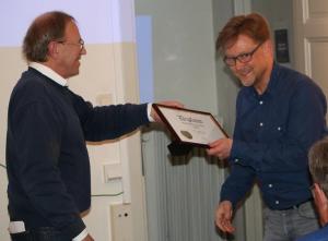 Bo Sundborg tar emot det sedvanliga diplomet från Nippe Olsson som tack för föredraget.