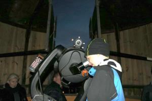 Glada besökare kollar på nymånen i Magnethusets teleskop. Kanske blivande STARar?